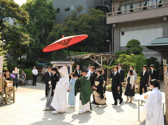 参進の儀(雅楽の調べの中、新郎新婦と両家の家族が神前へと向かいます)