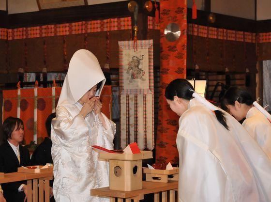 三献の儀《新婦》(御神酒が注がれた盃を酌み交わし夫婦の契りを結びます)