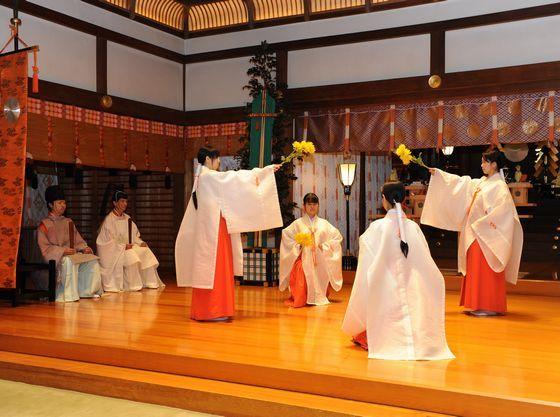 豊栄舞(菊の花を手にした巫女たちが優雅な舞を奉納します)