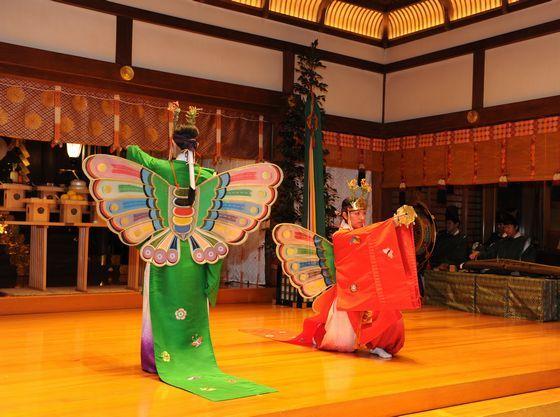 豊寿舞(縁起のよい蝶の装束をまとった巫女が舞う華麗な祝い舞)