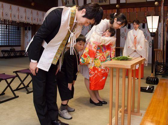 玉串拝礼(感謝と祈りをこめて玉串(榊の枝)を奉り拝礼します)