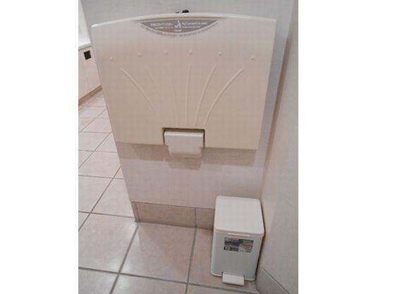 おむつ替えスペースは2階女性用トイレにあります。