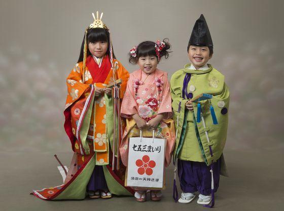 七五三では女の子は十二単、男の子は菅公さんで記念撮影を。