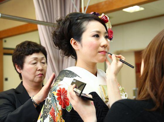 神社内にて美容師や着付師を手配し、挙式へのスムーズなご案内が可能です