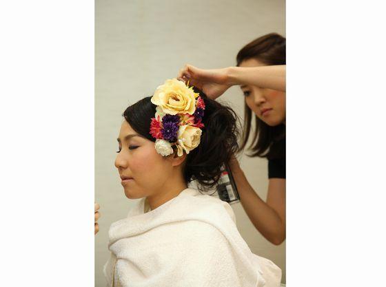 洋髪に生花の髪飾りなど様々な御希望に沿う事ができます