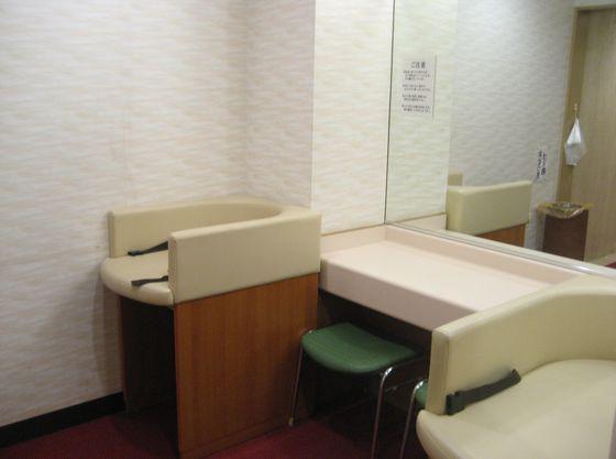 女性用トイレ内に、オムツ替えスペースを設けてあります